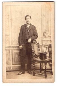Fotografie Hans Stix, Giessen, Portrait junger Mann im Anzug mit Mantel