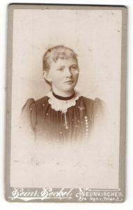 Fotografie Heinrich Heckel, Neunkirchen, Portrait junge Dame im hübschen Kleid mit Halsband