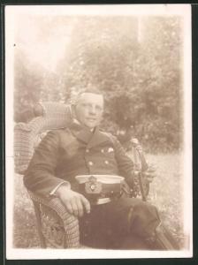 Fotografie 1.WK, Offizier der kaiserlichen Marine in Uniform mit Mütze und Säbel
