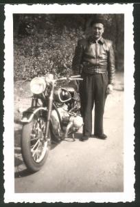 Fotografie Motorrad BMW, stolzer Fahrer nebst Krad mit Boxer-Motor