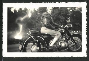 Fotografie Motorrad BMW, hübsche Hausfrau auf Krad sitzend