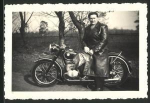 Fotografie Motorrad BMW, stolzer Fahrer auf Krad sitzend