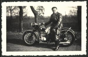 Fotografie Motorrad BMW, Fahrer auf Krad mit Boxer-Motor
