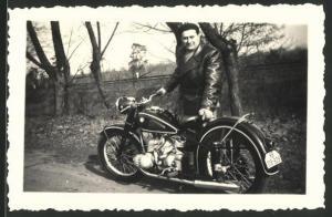 Fotografie Motorrad BMW, Fahrer mit Ledermantel und Krad