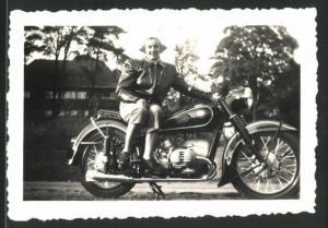 Fotografie Motorrad BMW, hübsche Dame sitzt auf Krad mit Boxer-Motor