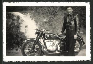 Fotografie Motorrad BMW, Fahrer am Krad mit Boxer-Motor