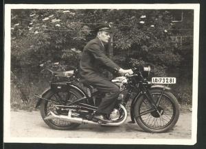 Fotografie Motorrad DKW, Fahrer in Uniform auf Krad sitzend, Kennzeichen: IA-73281