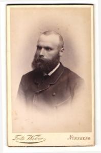Fotografie Fritz Weber, Nürnberg, Portrait charmanter junger Mann mit üppigem Vollbart