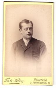 Fotografie Fritz Weber, Nürnberg, Portrait junger Mann mit Zwicker und Oberlippenbart