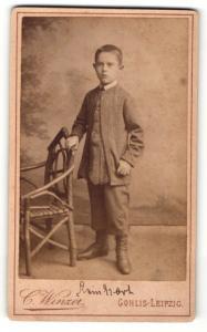 Fotografie C. Winzer, Leipzig-Gohlis, Portrait niedlicher Bube im hübschen Anzug