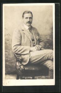 AK Opernsänger Kennerley Rumford sitzt auf einem Stuhl