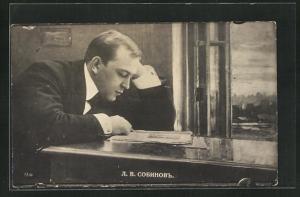 AK Opernsänger Leonid Sobinow liest Zeitung