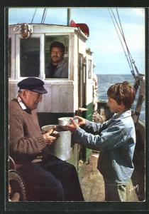 AK Filmszene aus Sébastien et la Mary-Morgane von Cécile Aubry, Mahlzeit auf einem Fischerboot