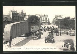 AK Saint-Nazaire, Le Pont roulant ouvert pour le passage d'un Cargo-Boat