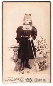 Fotografie B. Wehle, Dresden, Portrait Mädchen mit Spielzeugschaufel