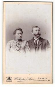 Fotografie Wilhelm Stein, Berlin, Portrait bürgerliches Paar in hübscher Kleidung
