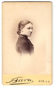 Fotografie Bara, Ayr N. B., Portrait junge Dame in hübscher Kleidung mit Halskette