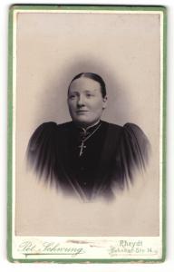 Fotografie Pet. Schwung, Rheydt, Portrait dunkelhaarige Schönheit im prachtvollen Kleid