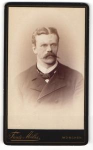 Fotografie Friedrich Müller, München, Portrait elegant gekleideter Herr mit Schnurrbart