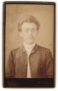 Fotografie J. Fiala, Neurode, Portrait stattlicher junger Mann mit Zwicker