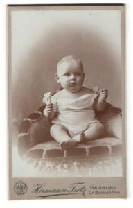 Fotografie Hermann Tietz, Hamburg, Portrait bezauberndes Kleinkind im weissen Hemdchen