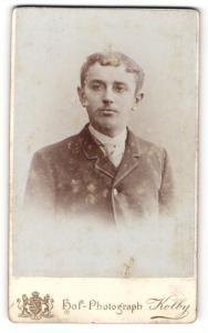 Fotografie Friedrich Kolby, Plauen i. V., Portrait charmant blickender junger Mann im Jackett