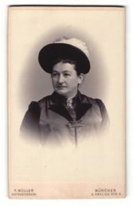 Fotografie F. Müller, München, Portrait elegant gekleidete Dame mit Hut