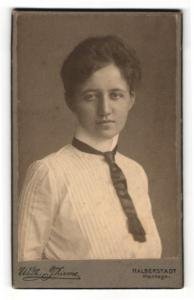 Fotografie Wilh. Thieme, Halberstadt, Portrait dunkelhaarige junge Schönheit mit Krawatte