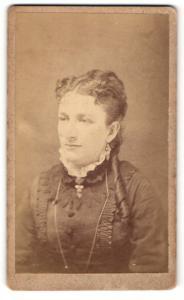 Fotografie Rodgers, Hartford, Conn., Portrait elegant gekleidete Dame mit Locken