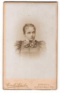 Fotografie Emil Lieske, Sebnitz, Portrait junges Mädchen mit zurückgebundenem Haar und Kragenschleife