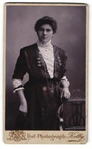 Fotografie Kolby, Plauen i / V., Portrait junge Dame in hübscher Kleidung an Stuhl gelehnt