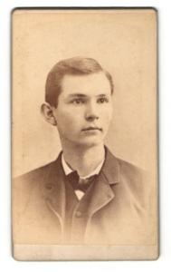 Fotografie Jno. D. Frederic, Waynesboro, PA, Portrait Portrait junger hübscher Mann mit Fliege im Jackett
