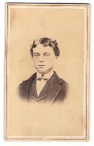 Fotografie L. M. Williams, Columbia, PA, Portrait Portrait dunkelhaariger junger Mann mit welligem Haar