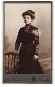 Fotografie A. Jandorf, Berlin, Portrait dunkelhaarige junge Schönheit mit Schleife im Haar