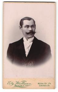 Fotografie Edg. Wallnau, Berlin, Portrait charmanter junger Mann in weisser Krawatte und dunklem Jackett