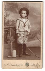 Fotografie A. Jandorf, Berlin, Portrait niedlicher Bube mit Reifen im Matrosenanzug