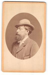 Fotografie W. Zink, Gotha, Portrait Herr mit Vollbart im Anzug mit Hut