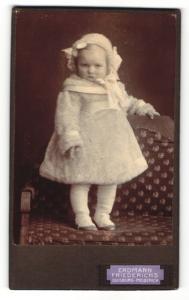 Fotografie Erdmann Friedrichs, Duisburg-Meiderich, Portrait Kleinkind im niedlichen Mäntelchen mit Kopfbedeckung
