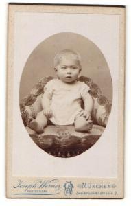 Fotografie Joseph Werner, München, Portrait Kleinkind im Kleidchen auf einem Sessel