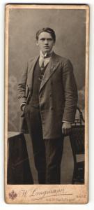 Fotografie W. Langmann, Saaz, Portrait charmanter Herr im Jackett mit Krawatte