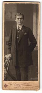 Fotografie W. Langmann, Saaz, Portrait junger Herr im Anzug mit Krawatte an Stuhl gelehnt