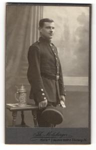 Fotografie Th. Molsberger, Halle / Saale, Portrait Soldat in Uniform mit Schirmmütze
