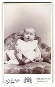 Fotografie Atelier Scherhag, Frankfurt a. Main, Portrait Kleinkind im Kleidchen auf einem Sessel