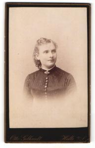 Fotografie Otto Gebhardt, Halle a/S, Portrait junge Frau mit zusammengebundenem Haar