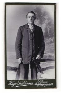 Fotografie Hugo Schlünsen, Hamburg-Altona, Portrait junger Mann in Anzug mit Krawatte