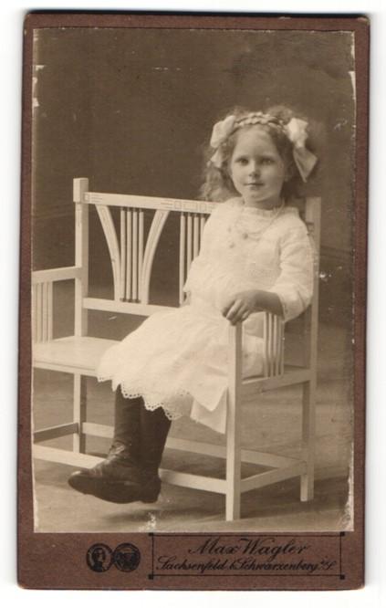 Fotografie Max Wagler, Sachsenfeld, Portrait kleines Mädchen in weissem Kleid mit Haarschleifen 0