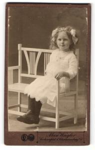 Fotografie Max Wagler, Sachsenfeld, Portrait kleines Mädchen in weissem Kleid mit Haarschleifen