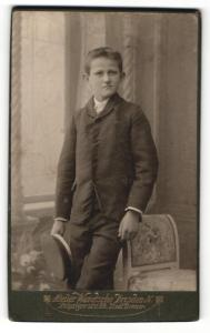 Fotografie Atelier Wendsche, Dresden-N, Portrait Bub in Anzug