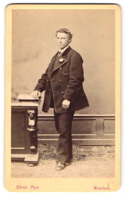 Fotografie Albert, München, Portrait junger Mann in zeitgenöss. Kleidung 0