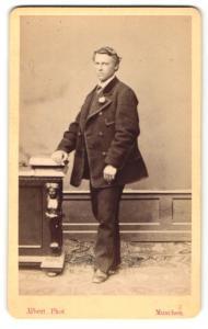 Fotografie Albert, München, Portrait junger Mann in zeitgenöss. Kleidung
